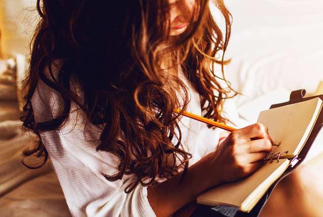 mujer escribiendo blog